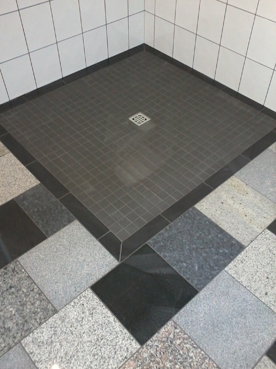 018Natursteinboden__ebenerdige_Dusche